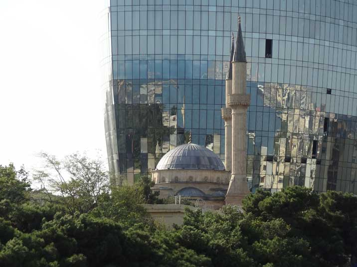 The Shahidlar Mosque near martyrs lane was build to commemorate the Turks who died during the Battle of Baku in 1918