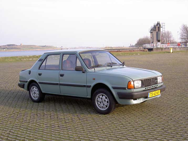 The classic lines of the beautiful Skoda 105 S work well in a typical Dutch landscape