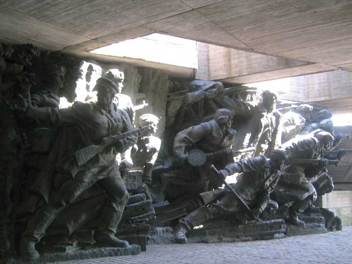 Rodina Mat Sculpture gallery with Red Army infantry attacking
