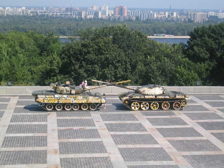 T-80UD and T-62 tanks in front of the Great Patriotic War Museum