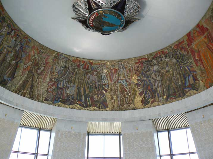 Mosaic depicting civilian and military hero's in the Hall of Glory