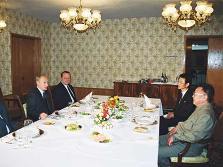 Kim Jong Il looking at Russian president Vladimir Putin in 2002