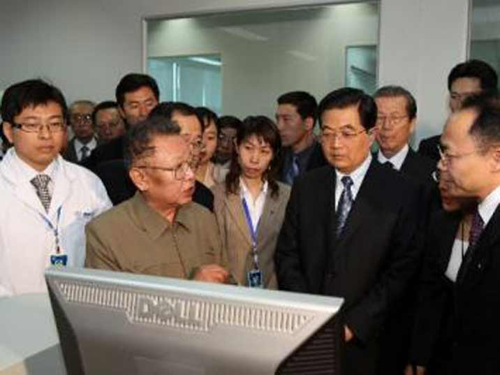 Kim Jong Il looking at a computer together with Hu Jintao
