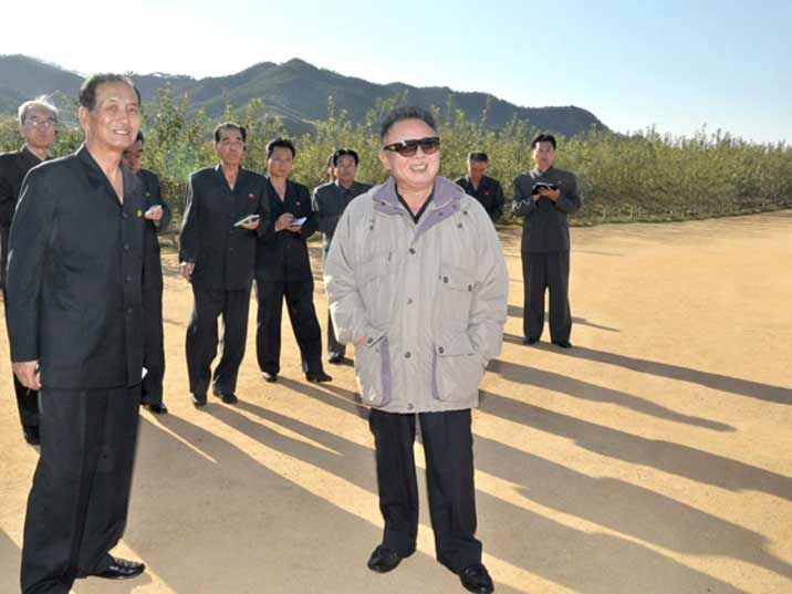 Kim Jong Il looking at apples on the Ryongjon Fruit Farm