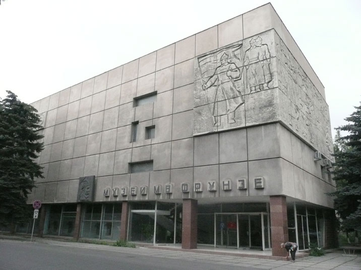 The building that houses the Frunze Museum is a fine example of Soviet architecture combined with revolutionary art work