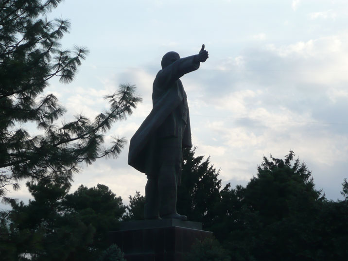 Lenin gives the thumbs up! Or is he pointing us the path that we should follow to the socialist utopia, we will probably never know!