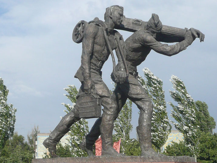 Sculpture of two red army soldiers carrying a Maxim machine gun and ammunition during the Second World War