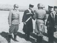 Breitner awarding a medal to Georgian solider Melikia in Zandvoort