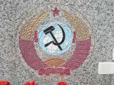 Soviet state emblem on the monument for the Georgian soldiers