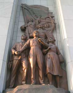 Sculpture depicting partisans on the Arc of Triumph in Pyongyang